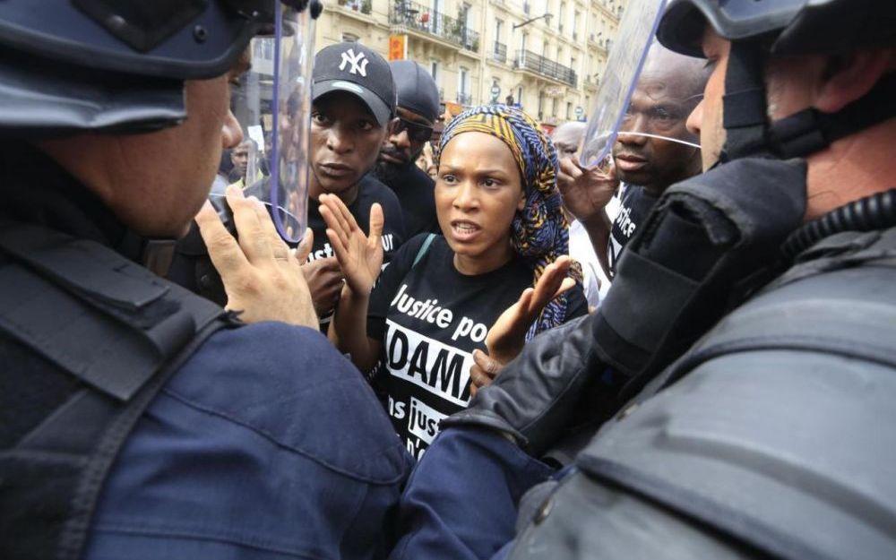 Les proches d'Adama Traoré ont tenté d'organiser ce samedi une «marche pour la vérité» qui a rassemblé entre 600 et mille personnes. Sur la photo, la soeur d'Adama Traoré a tenté d'expliquer la situation aux CRS qui ont bloqué le défilé. L'ambiance était tendue malgré les multiples appels au calme de la famille de la victime. Des manifestants ont créé un cordon devant les forces de l'ordre pour éviter tout affrontement.