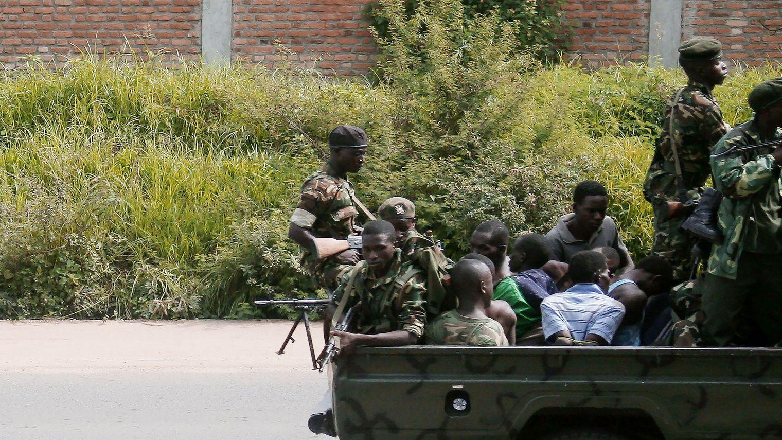 Un vehicule militaire transportant des hommes ligotés circule le 11 décembre 2015 dans le quartier de Musaga à Bujumbura.