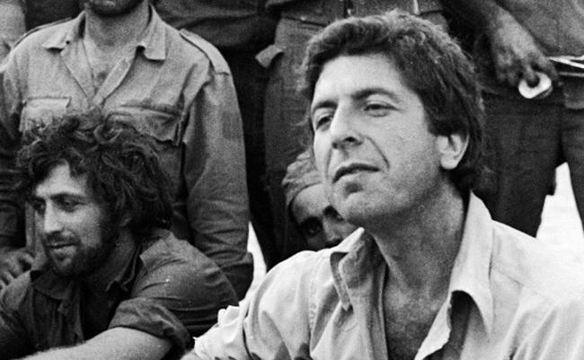 Léonard Cohen jouant pour les soldats israéliens pendant la Guerre de Kippour.
