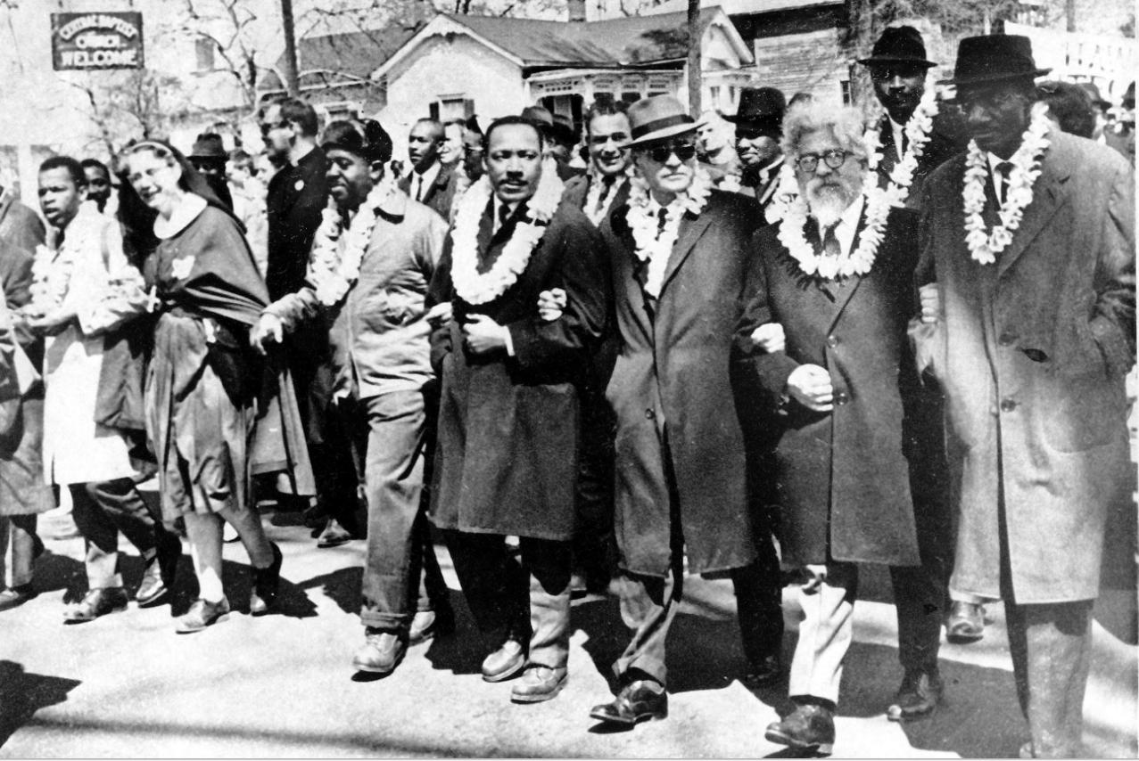 le révérend Martin Luther King et le rabbin Heschdel, lors d'une marche de protestation de Selma à Montgomery