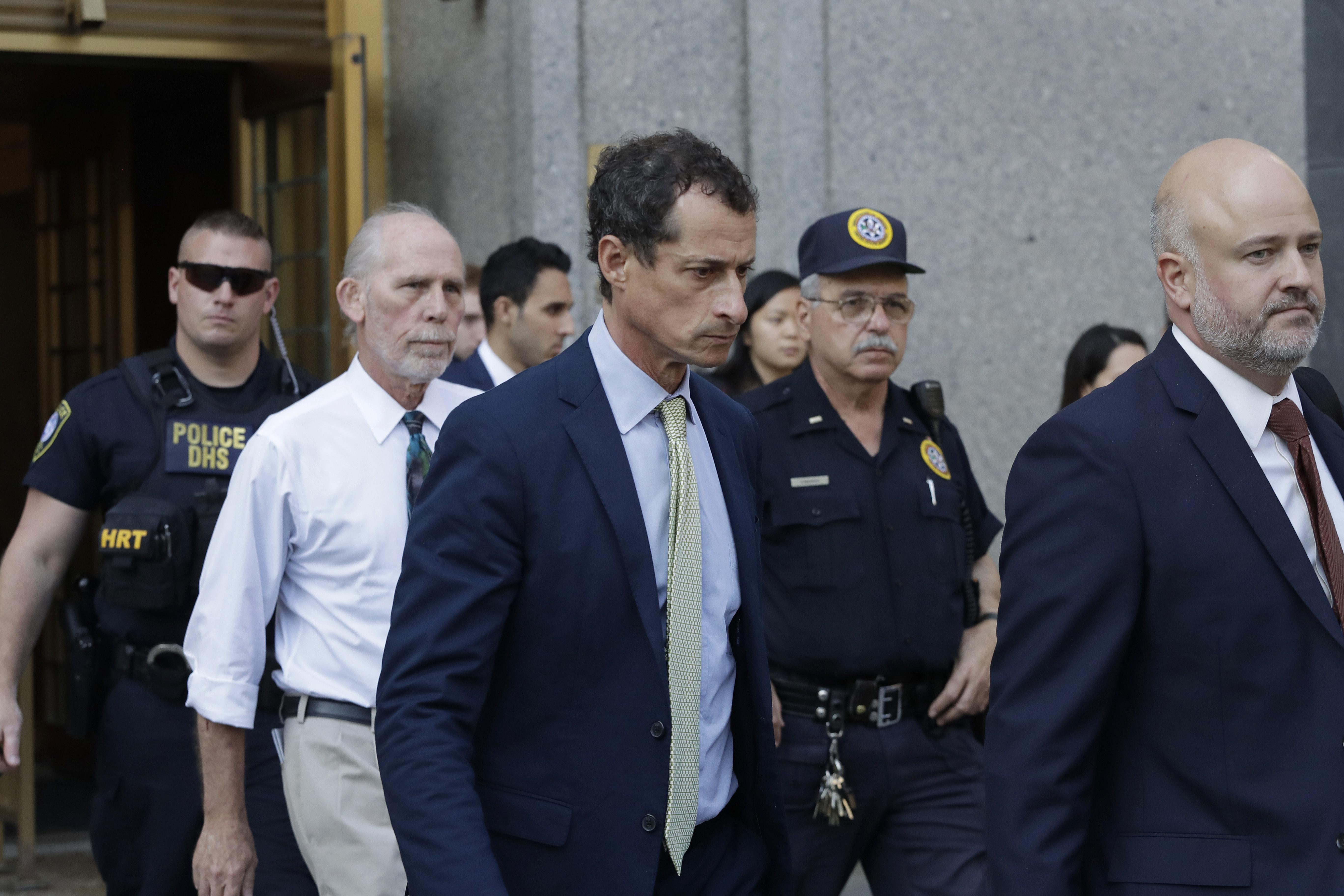 L'ex-député Anthony Weiner, D-New York, sort du tribunal fédéral après sa condamnation le lundi 25 septembre 2017 à New York. Weiner a été condamné à 21 mois dans une affaire sexuelle qui a secoué la course présidentielle.