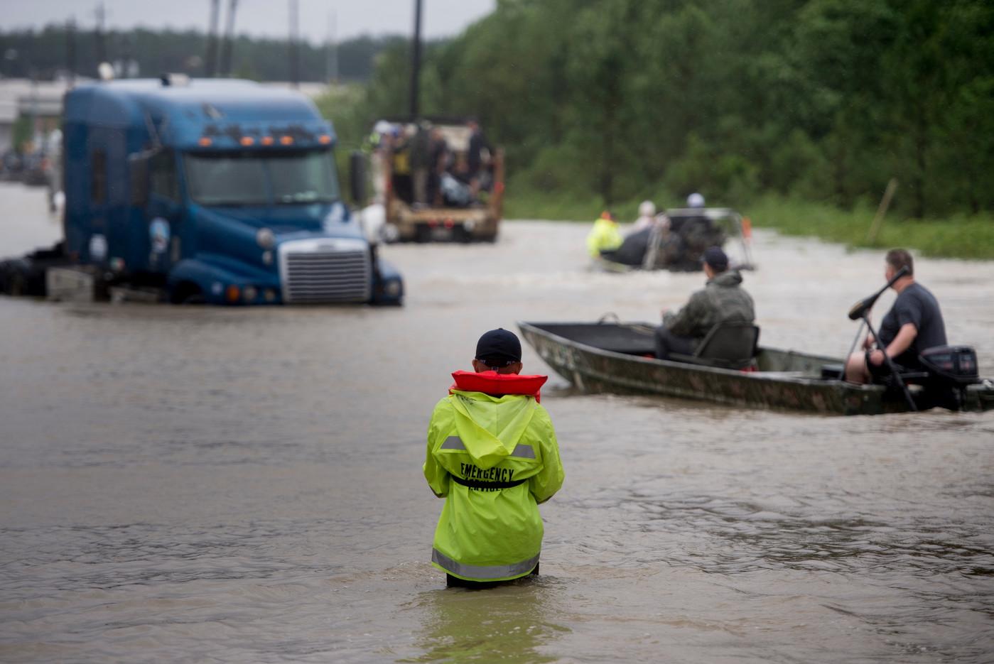 Le 29 août 2017, Houston, Texas - Les secours dans une voie innondée