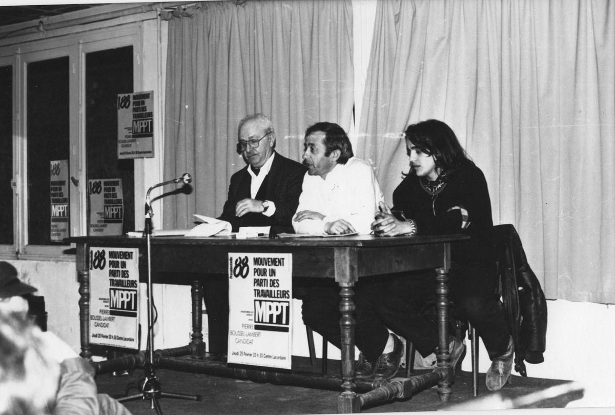 Pierre Boussel alias «Pierre Lambert» (à gauche) et Alexis Corbière (à droite) lors d'une réunion publique en 1988. Source : Wikipédia