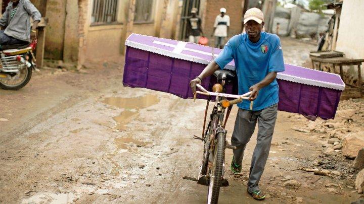 Un homme pousse un cercueil sur son vélo dans la capitale burundaise Bujumbura.