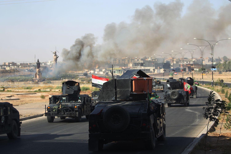 Les forces irakiennes avancent vers le centre de Kirkouk lors d'une opération contre des combattants kurdes le 16 octobre 2017.