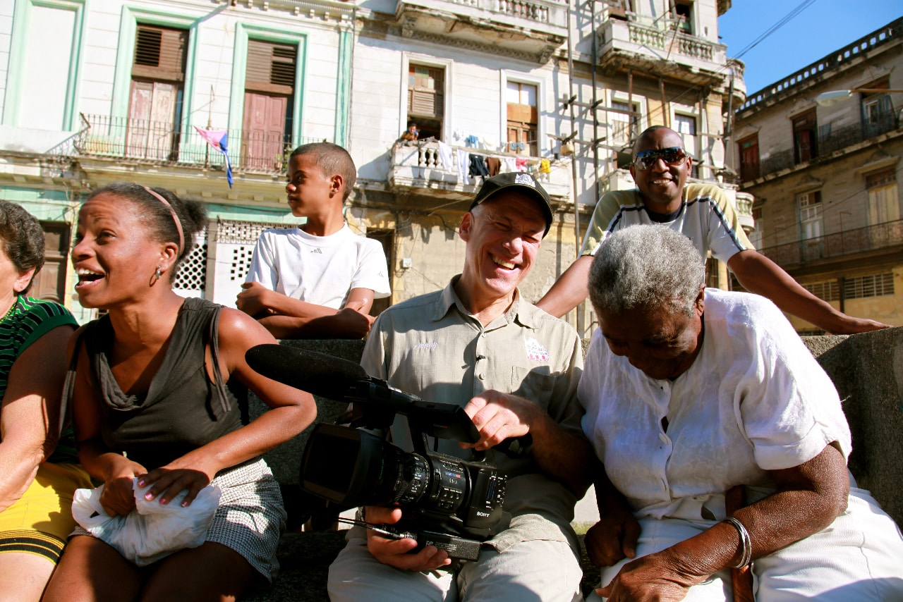 """Jon Alpert à Cuba, pendant le tournage du documentaire """"Cuba et le caméraman"""". Photo : Netflix"""