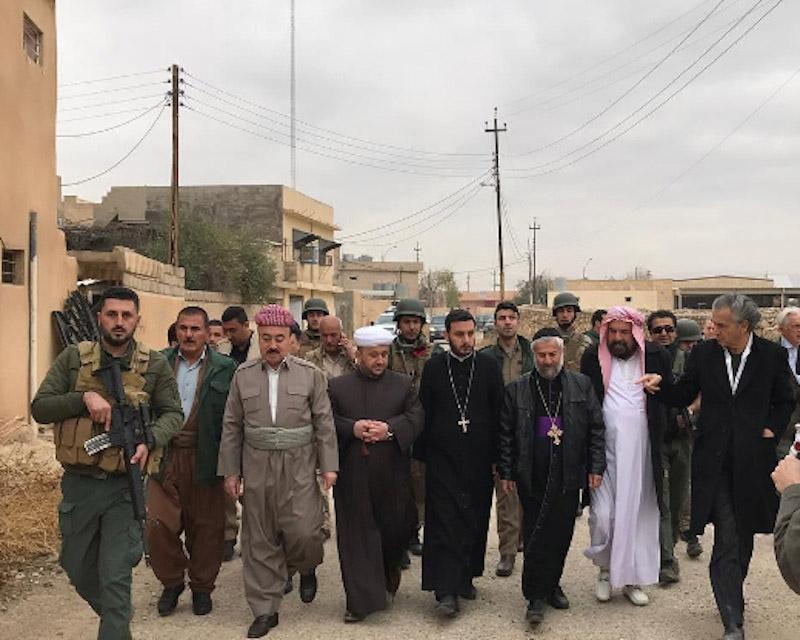 Dans Bachiqa détruite, de gauche à droite de la photo: un yézidi, un imam, deux prêtres catholiques, un autre religieux yézidi et, enfin, un Français juif. Photo de Aziz Othman, au lendemain de la libération de la ville.