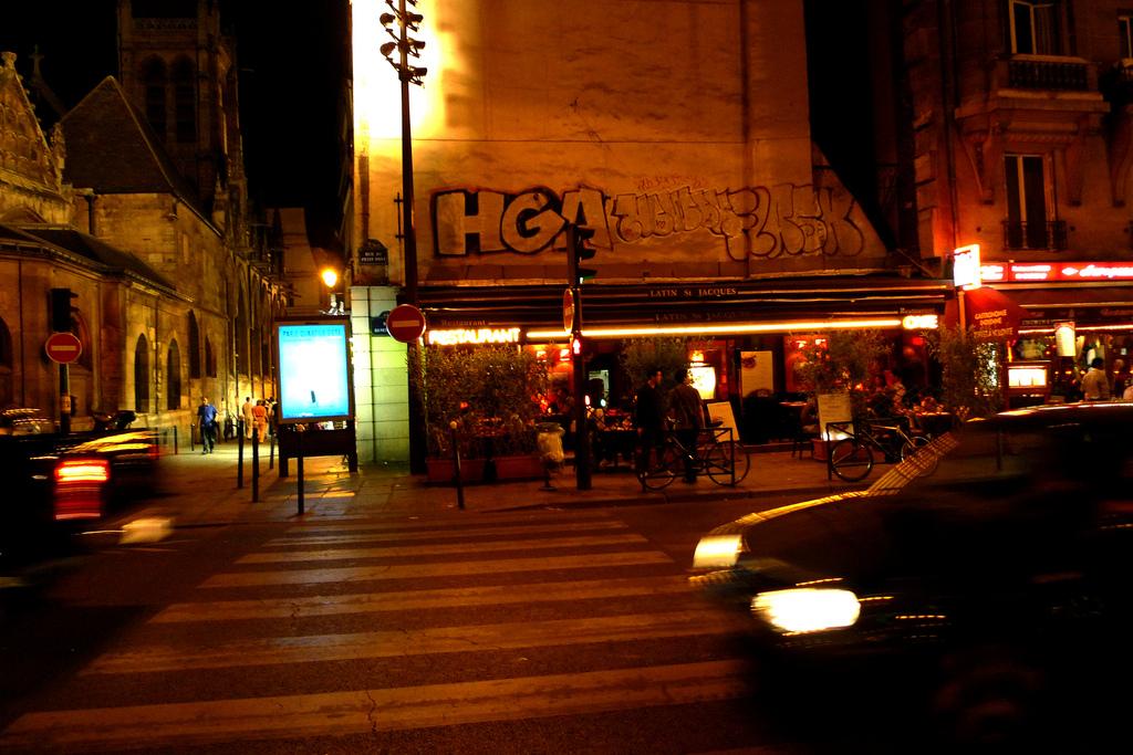 Rue parisienne de nuit