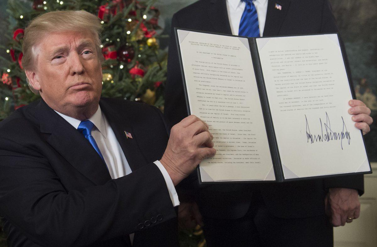 Le président des Etats-Unis, Donald Trump, montre le mémorandum où Jérusalem est reconnue comme capitale d'Israël. Le 6 décembre 2017.