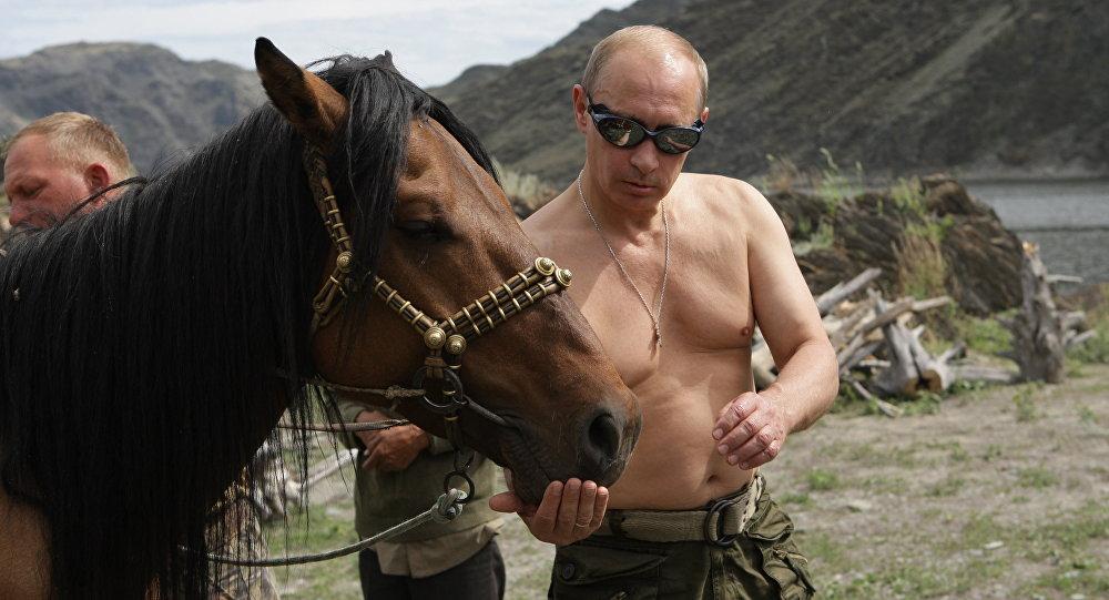 Le Président Russe Vladimir Poutine, lors d'une sortie à cheval.