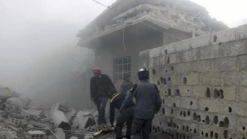 Des «Casques blancs» syriens secourent des survivants après un bombardement le 2 mars. - Crédits photo : Syrian Civil Defense White Helmets