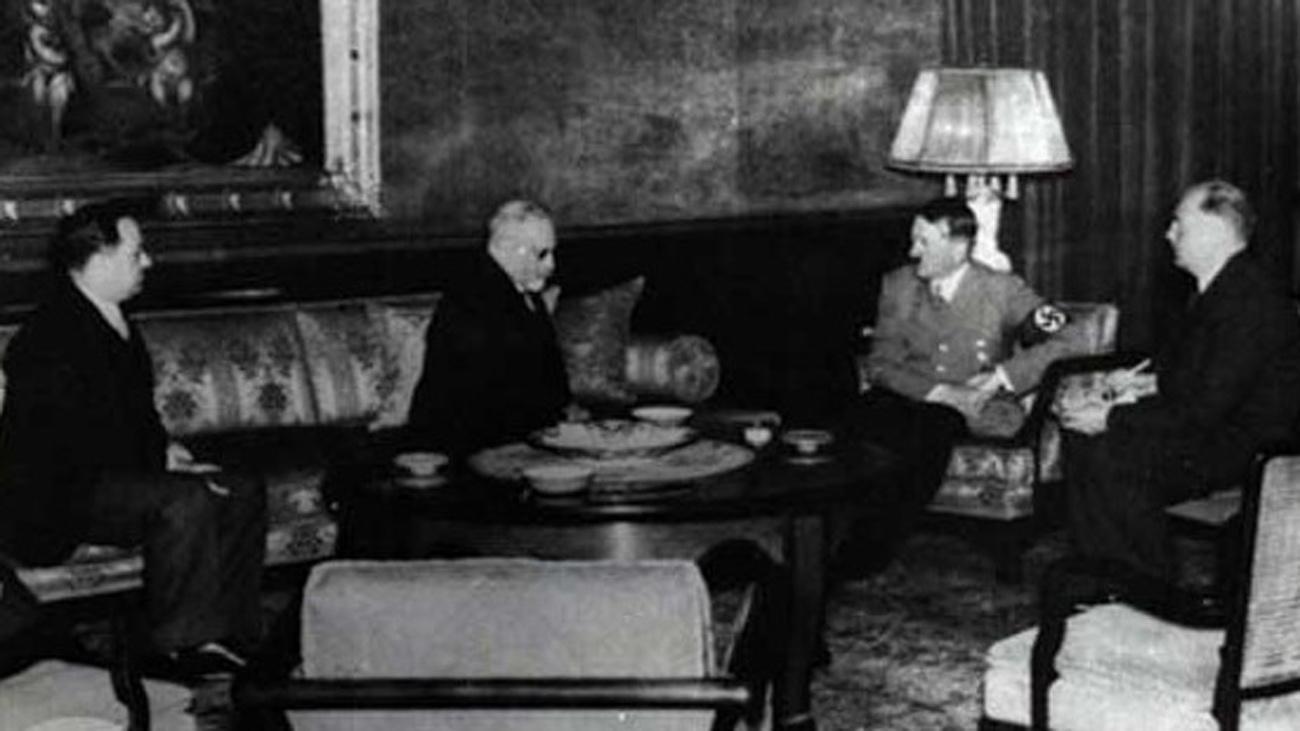 Hassan Esfandiari, membre du parlement iranien, Mussa Nuri Esfandiari, futur ambassadeur iranien auprès du Deutsches Reich, et Adolf Hitler.