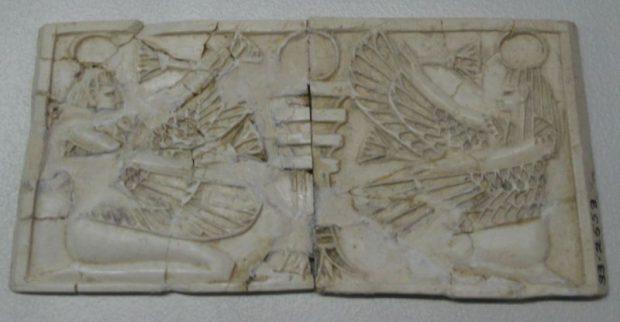Chérubins ou divinités femelles retrouvées à Samarie, aujourd'hui au Musée d'Israël à Jérusalem, vestige artistique de l'Israël polythéiste.