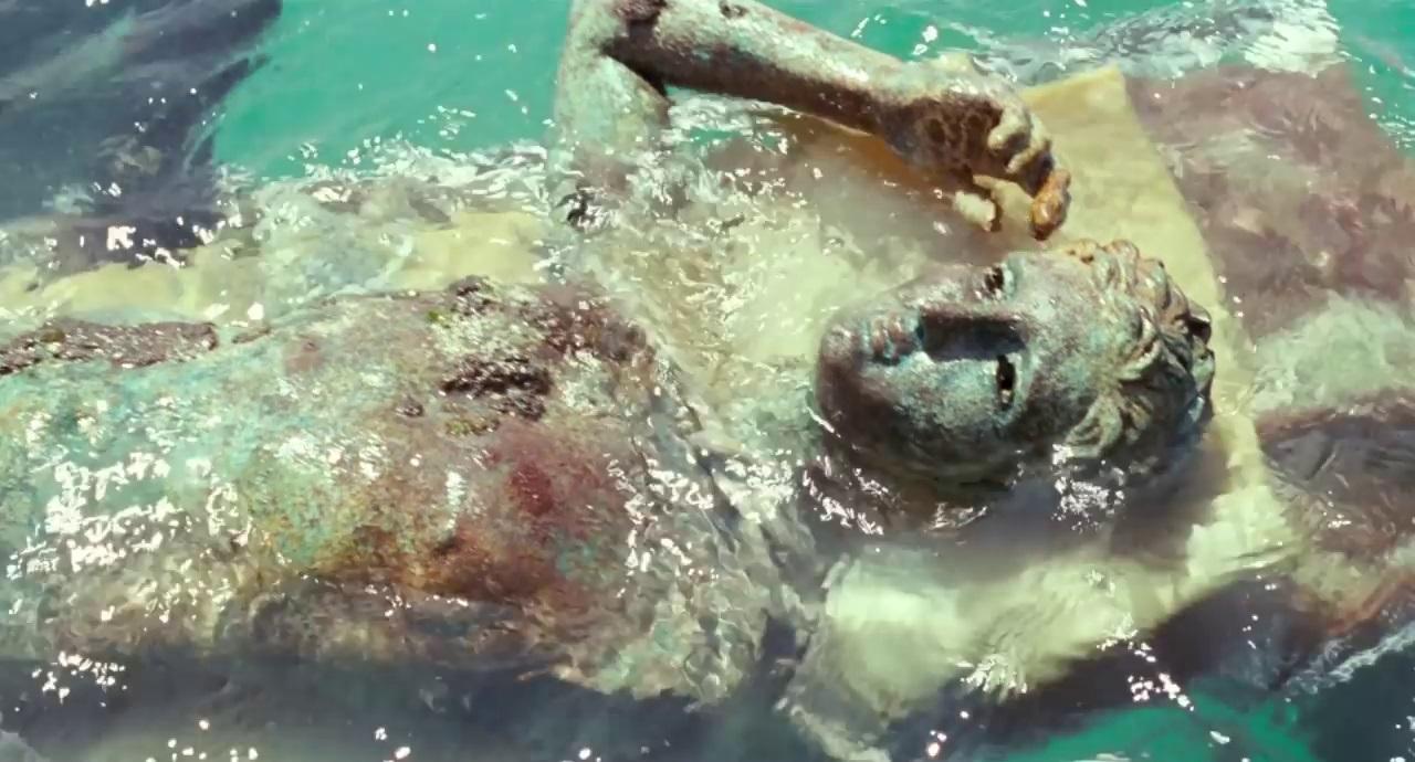 Un plan du film de Luca Guadagnino : sculpture antique sauvée des eaux.
