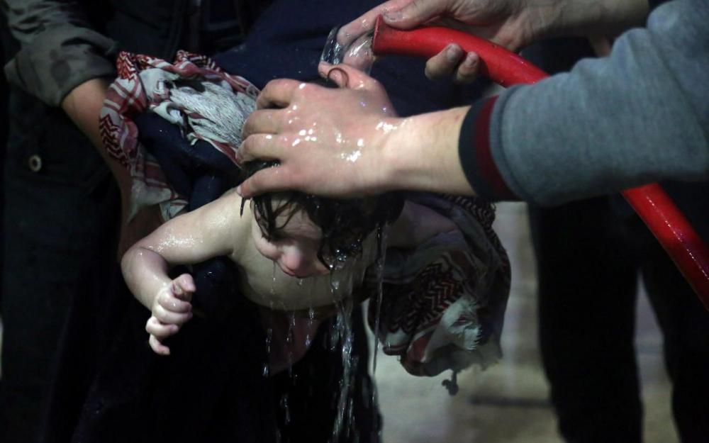 Un enfant soigné à l'hôpital de Douma, en Syrie, après une supposée attaque chimique le 7 avril 2018.
