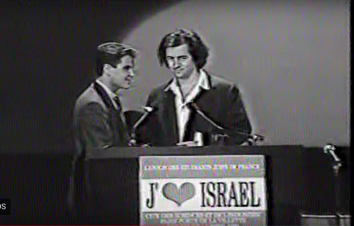 Capture d'écran de la vidéo de l'intervention de Bernard-Henri Lévy lors des commémorations de l'anniversaire d'Israël en 1991.
