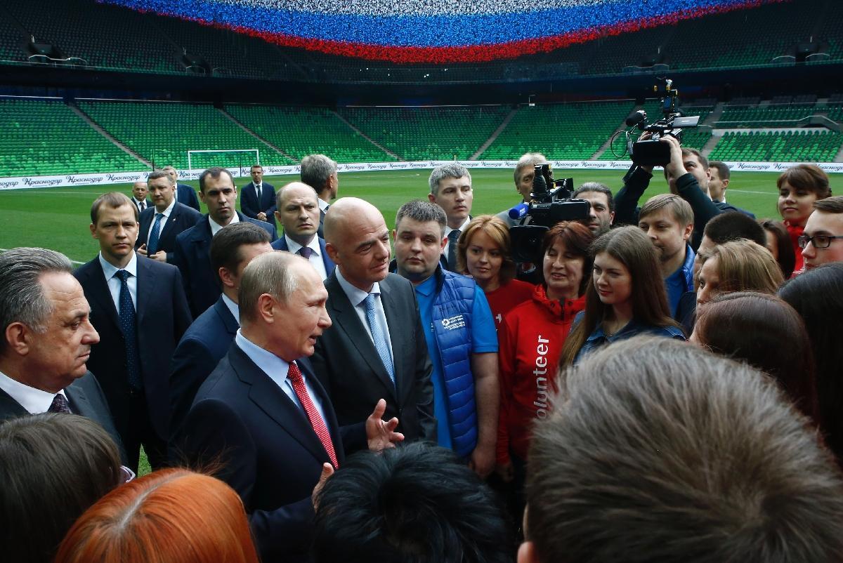 Le président russe Vladimir Poutine et Gianni Infantino (Fifa) rencontrent des volontaires du Mondial en formation, le 23 mai 2017 à Kasnodar.