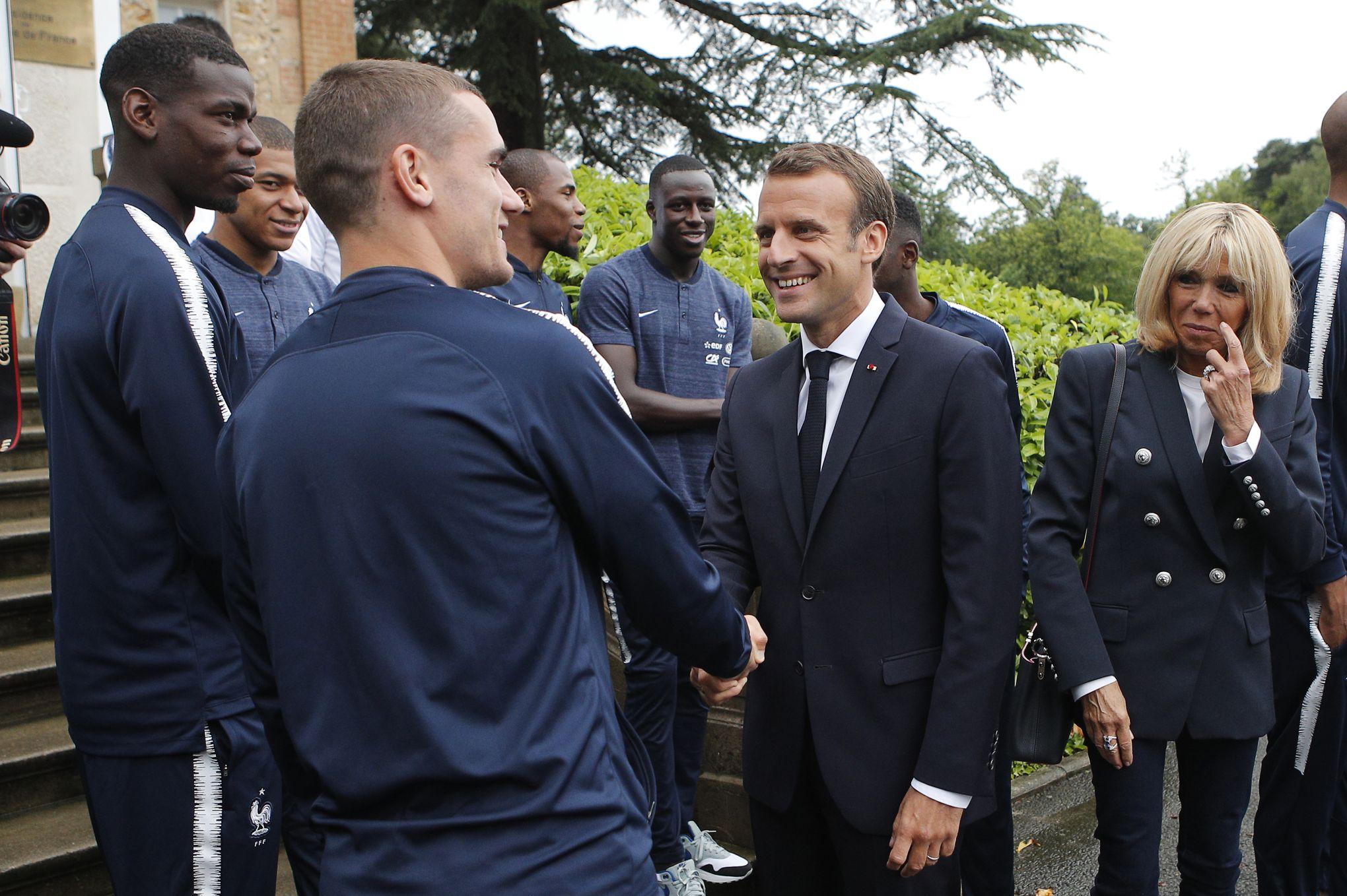 Emmanuel Macron face aux joueurs de l'équipe de France à Clairefontaine juste avant le départ pour la coupe du Monde.