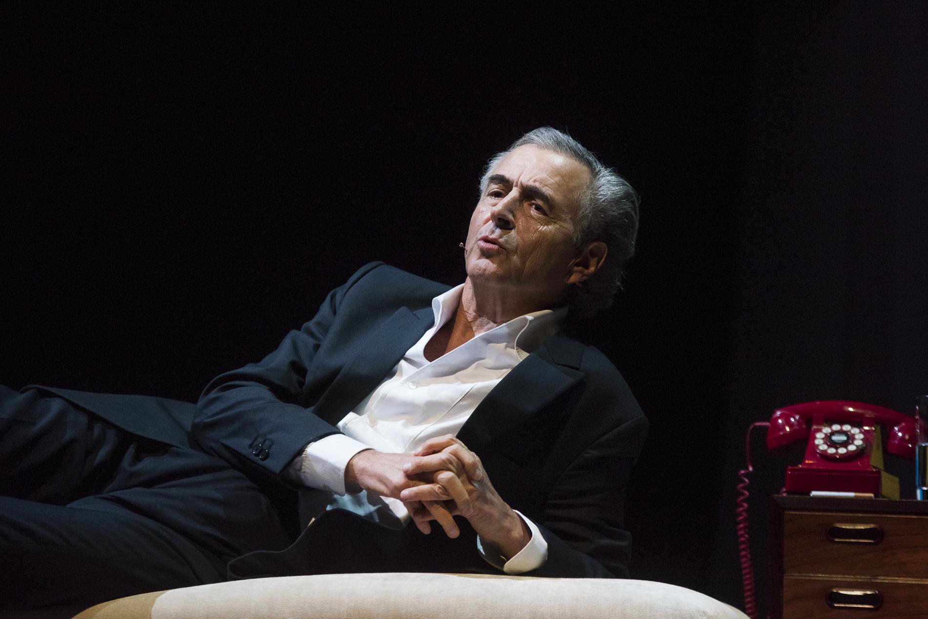 Bernard-Henri Lévy interprète sa pièce, Last Exit Before Brexit, le 4 juin 2018 au Cadogan Hall, à Londres.