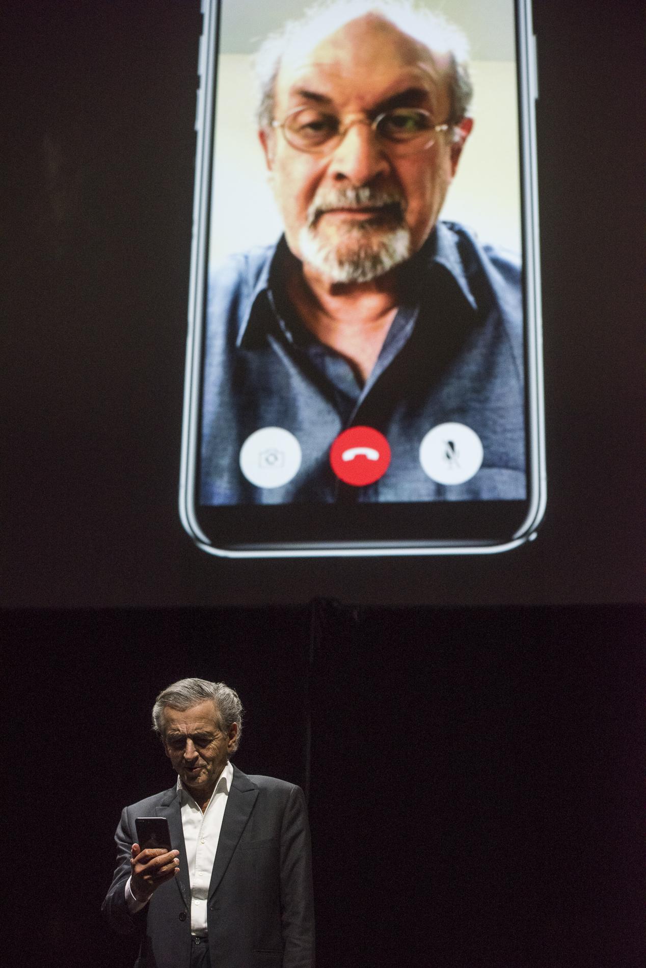 Bernard-Henri Lévy interprète sa pièce, Last Exit Before Brexit, qui a compté avec la participation de Salman Rushdie, le 4 juin 2018 au Cadogan Hall, à Londres.