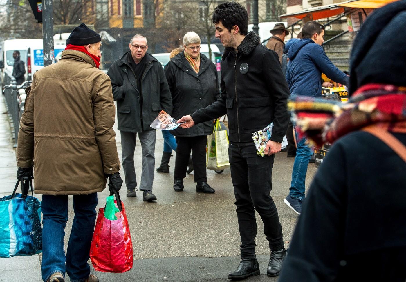 Distribution de tracts pour l'élection d'Emmanuel Macron par un militant En Marche ! en février 2017 à Lille.