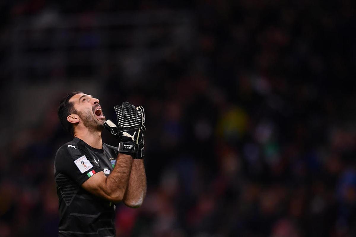 Au soir de l'élimination de l'Italie, le gardien de but de la Squadra Azzura, Gianluigi Buffon, pleure.