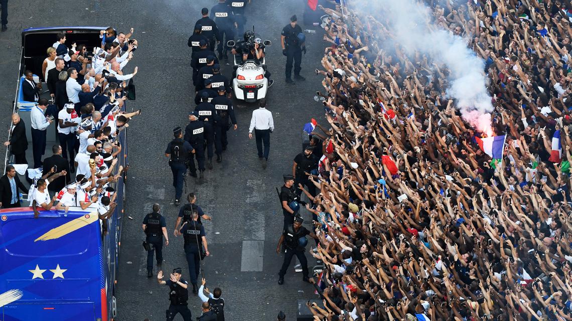 Les Bleus défilent sur les Champs Elysées, à Paris, le 16 juillet 2018, suite à la victoire de la France à la Coupe du monde.