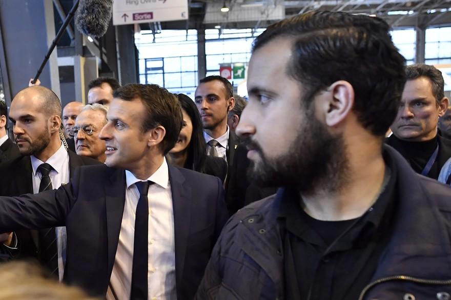 Alexandre Benalla, au premier plan, en train d'assurer la sécurité d'Emmanuel Macron, en mars 2017.