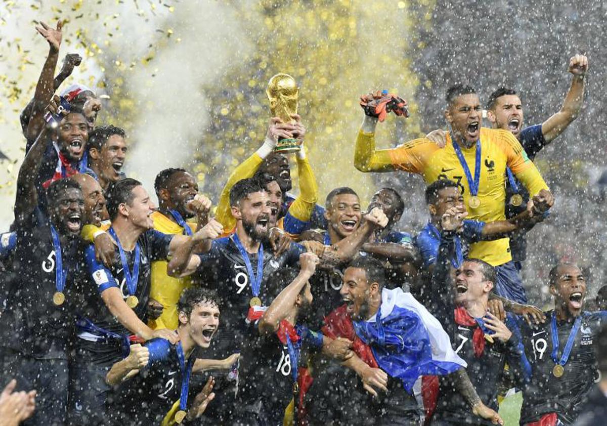 L'équipe de France de football reçoit la coupe du monde après la victoire face à la Croatie (4-2) en finale du Mondial. Ce dimanche 15 juillet 2018 au stade Luzhniki de Moscou, en Russie.