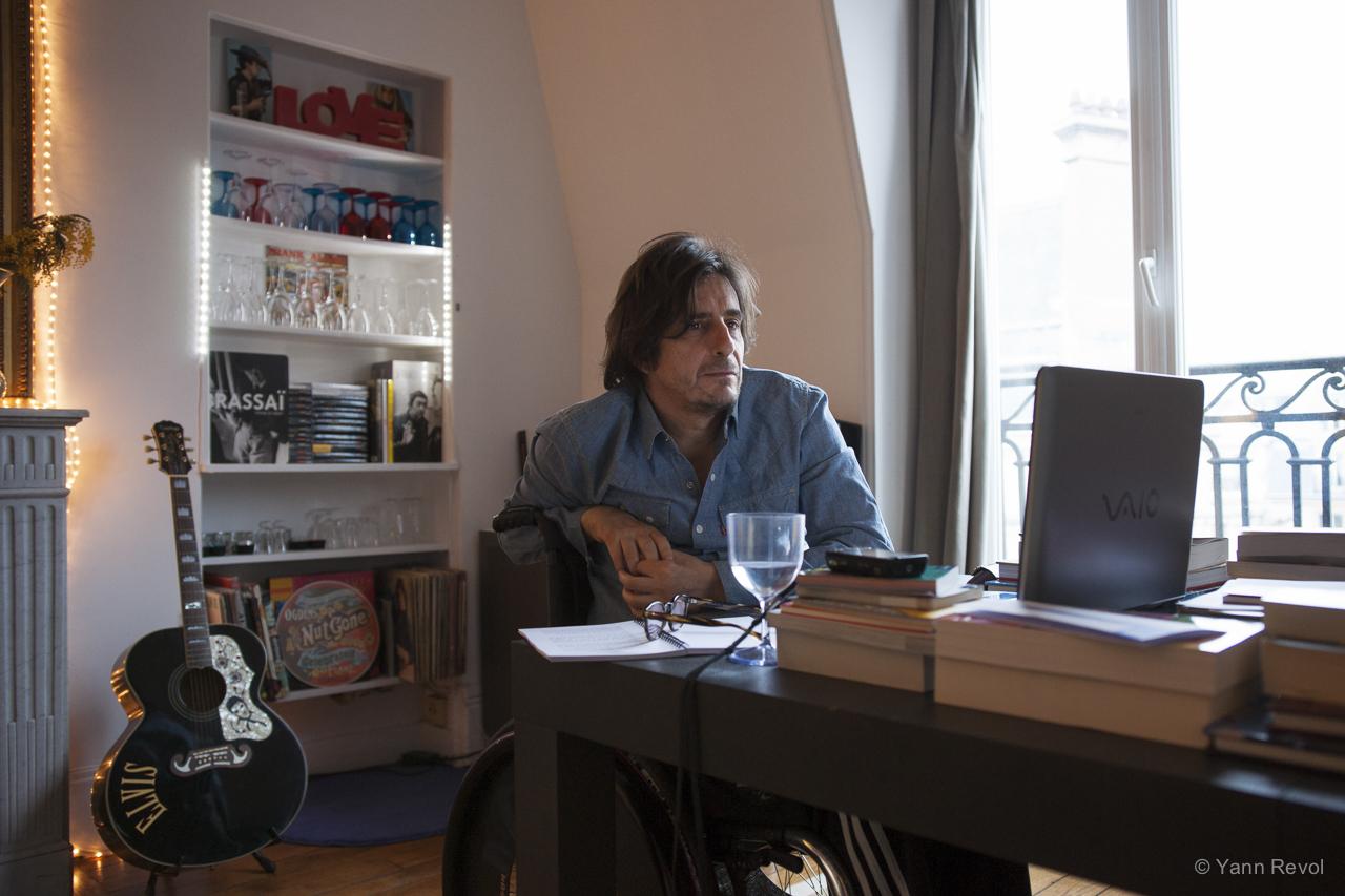"""Bruno de Stabenrath, à son domicile à Paris. Série """"Comment écrivez-vous?"""". Photo Yann Revol."""