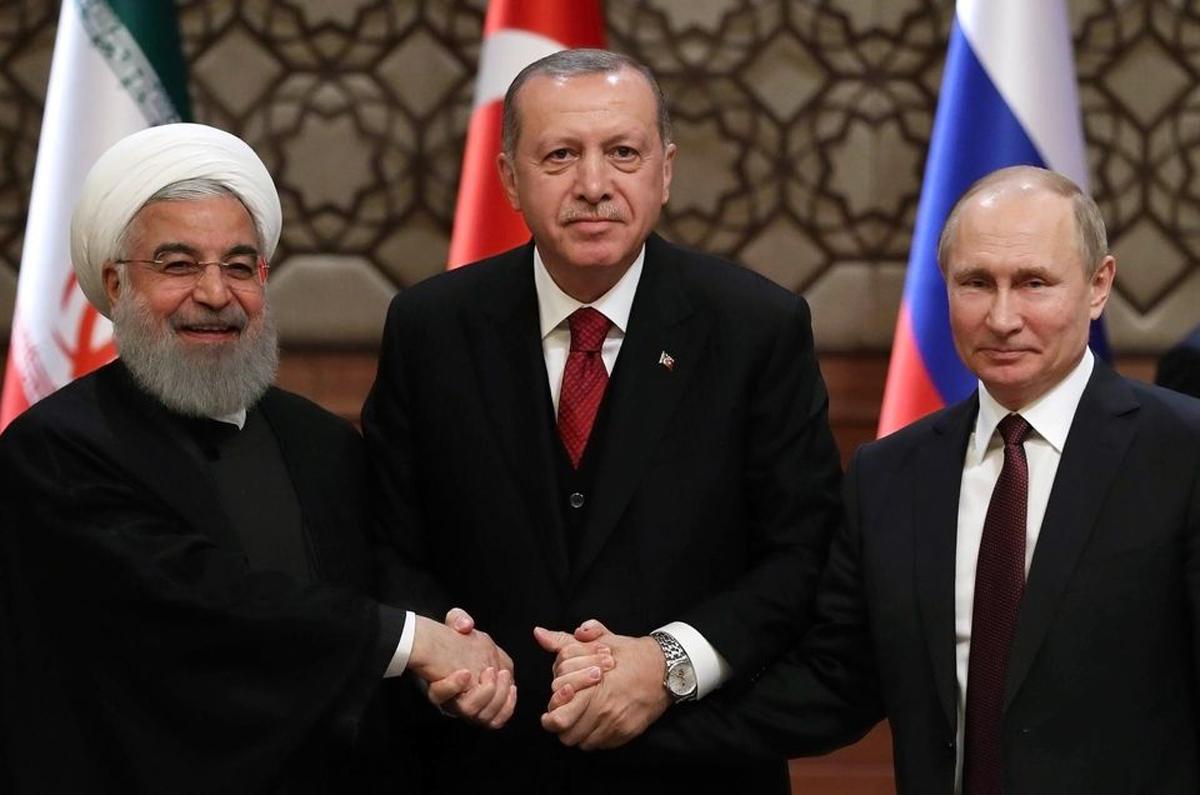 A Ankara, en avril 2018, Erdogan reçoit les dirigeants iranien (Rohani) et russe (Poutine) afin de débattre sur la situation en Syrie.