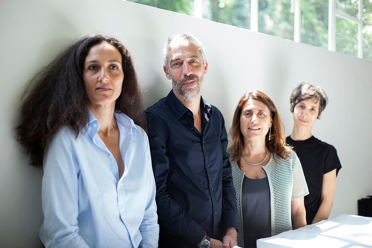 Les commissaires de l'exposition. En premier plan Deborah Pinto Fdeda.
