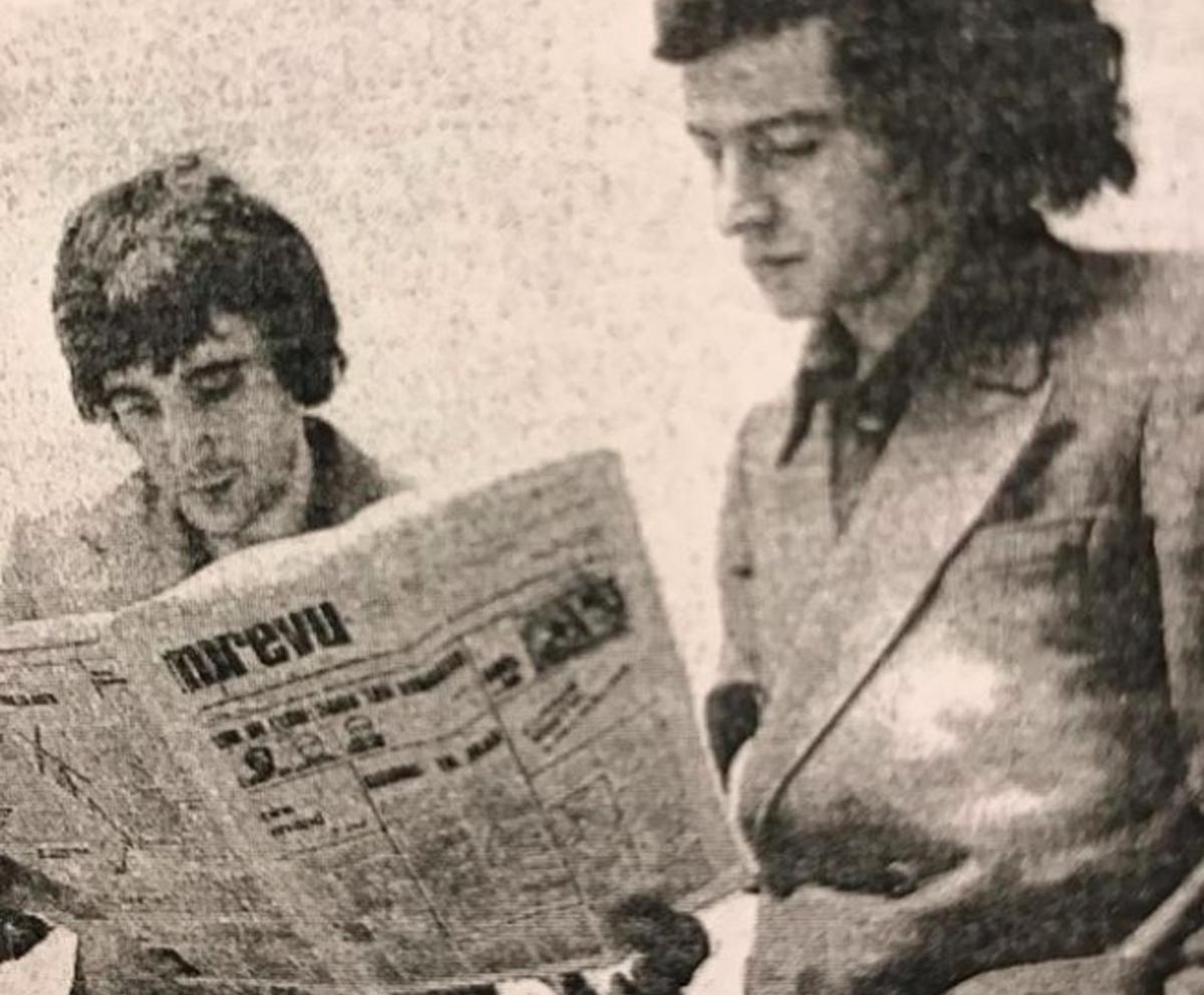 Michel Butel et Bernard-Henri Lévy devant la marquette du journal fondé par eux :en 1975 L'Imprévu.