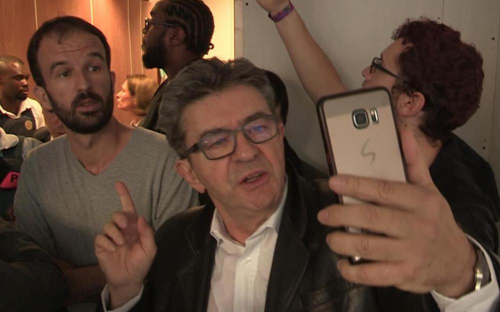 Jean-Luc Mélenchon se filme lors de la perquisition de son domicile et des locaux de La France insoumise.