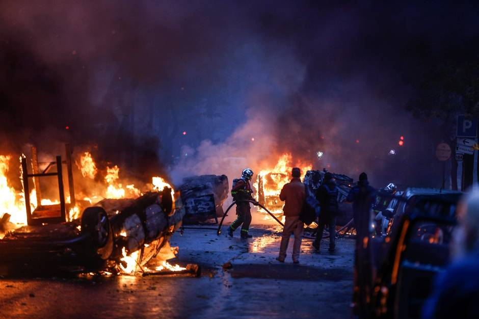 Incendies lors de la manifestation des Gilets jaunes à Paris, le 1er décembre.