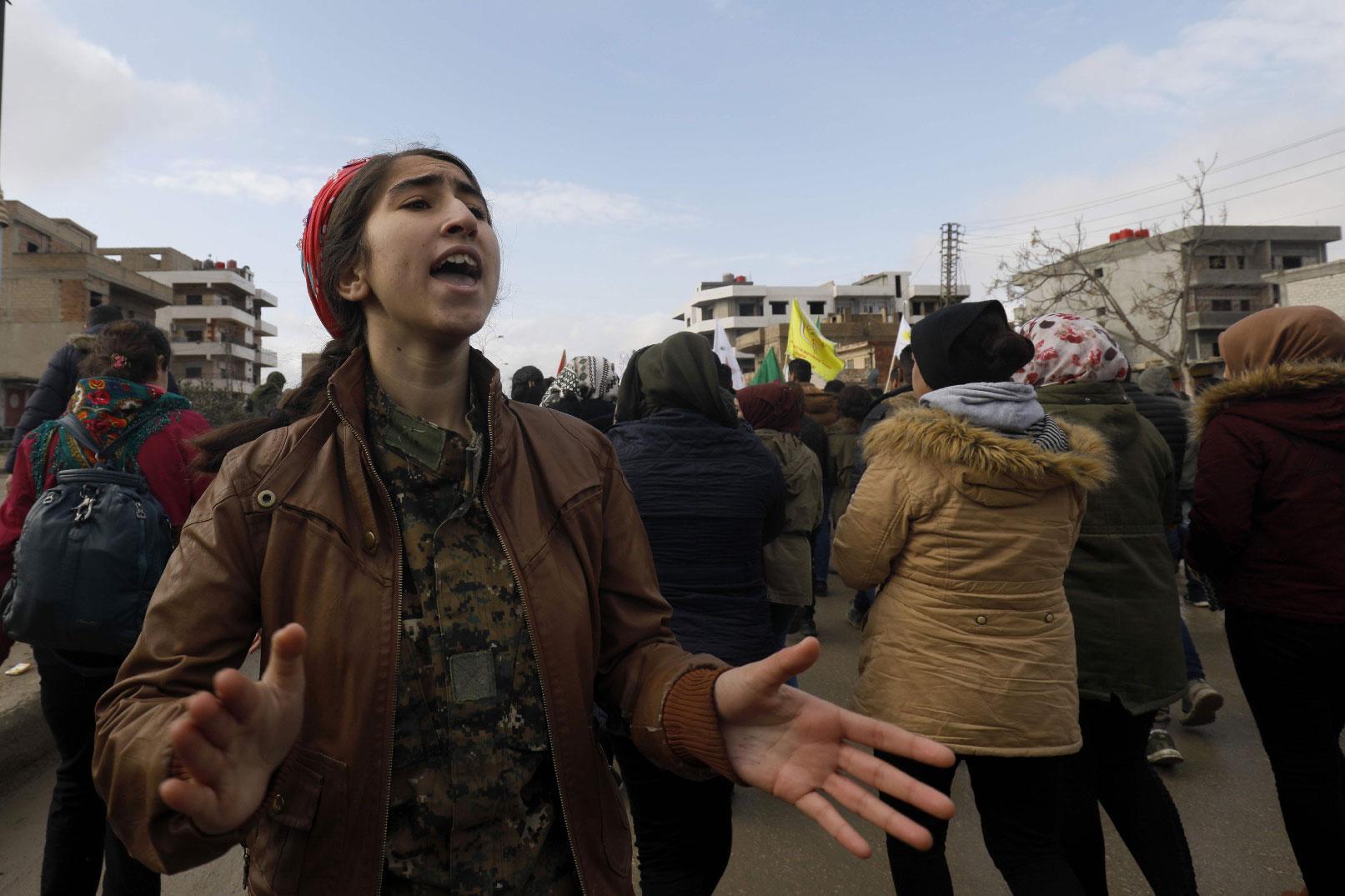Des Kurdes syriens manifestent dans la ville de Qamishli, dans le nord-est du 28 décembre 2018, contre les menaces turques d'une nouvelle offensive transfrontalière à la suite de la décision des États-Unis de retirer leurs troupes. Photo : AFP.