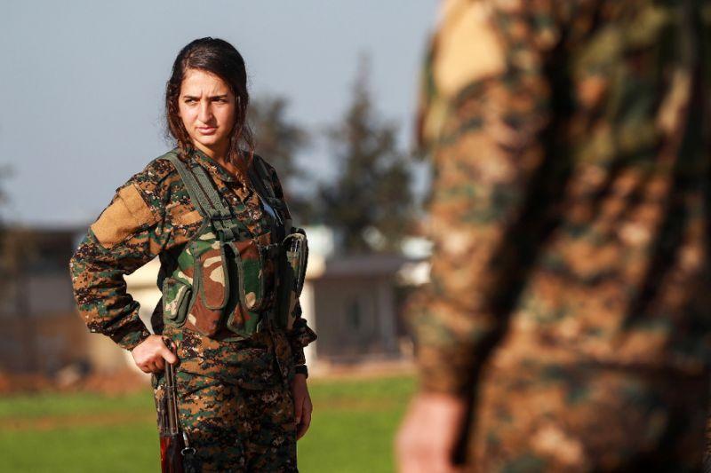Une combattante kurde des Unités de protection de la femme (YPJ) à Tal Tamr, au nord-est de la Syrie, le 21 décembre 2018, lors des funérailles d'un soldat des forces démocratiques syriennes tué par l'organisation Etat islamique.