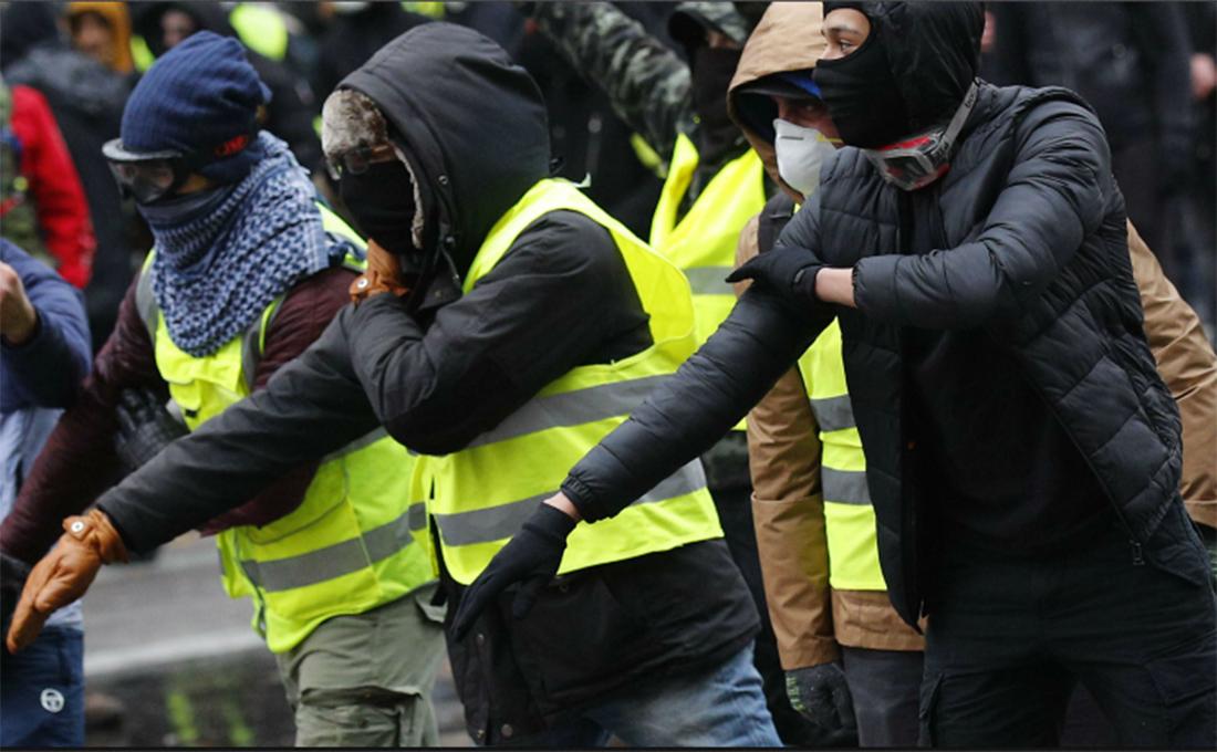 """Des individus font le signe de la """"quenelle"""" lors d'une manifestation des gilets jaunes, le 9 février 2019."""