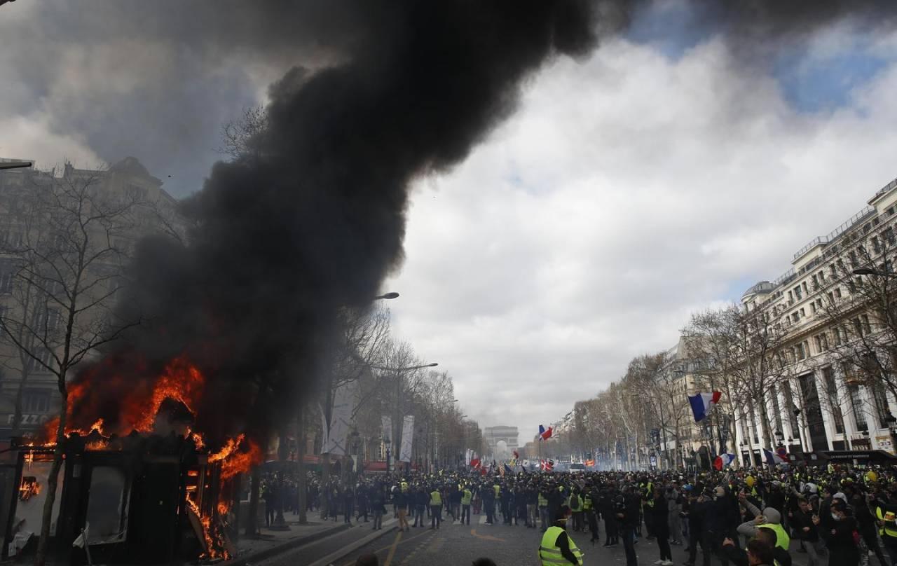 """Un kiosque enflammé sur les Champs-Elysées, à Paris, ce samedi, lors de """"L'acte 18"""" du mouvement des Gilets jaunes."""