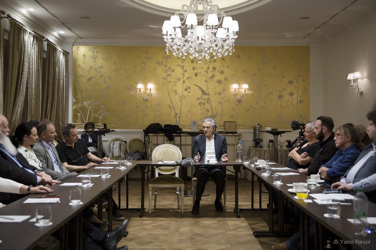 BHL-Rencontre-avec-des-opposants-a-Budapest-3