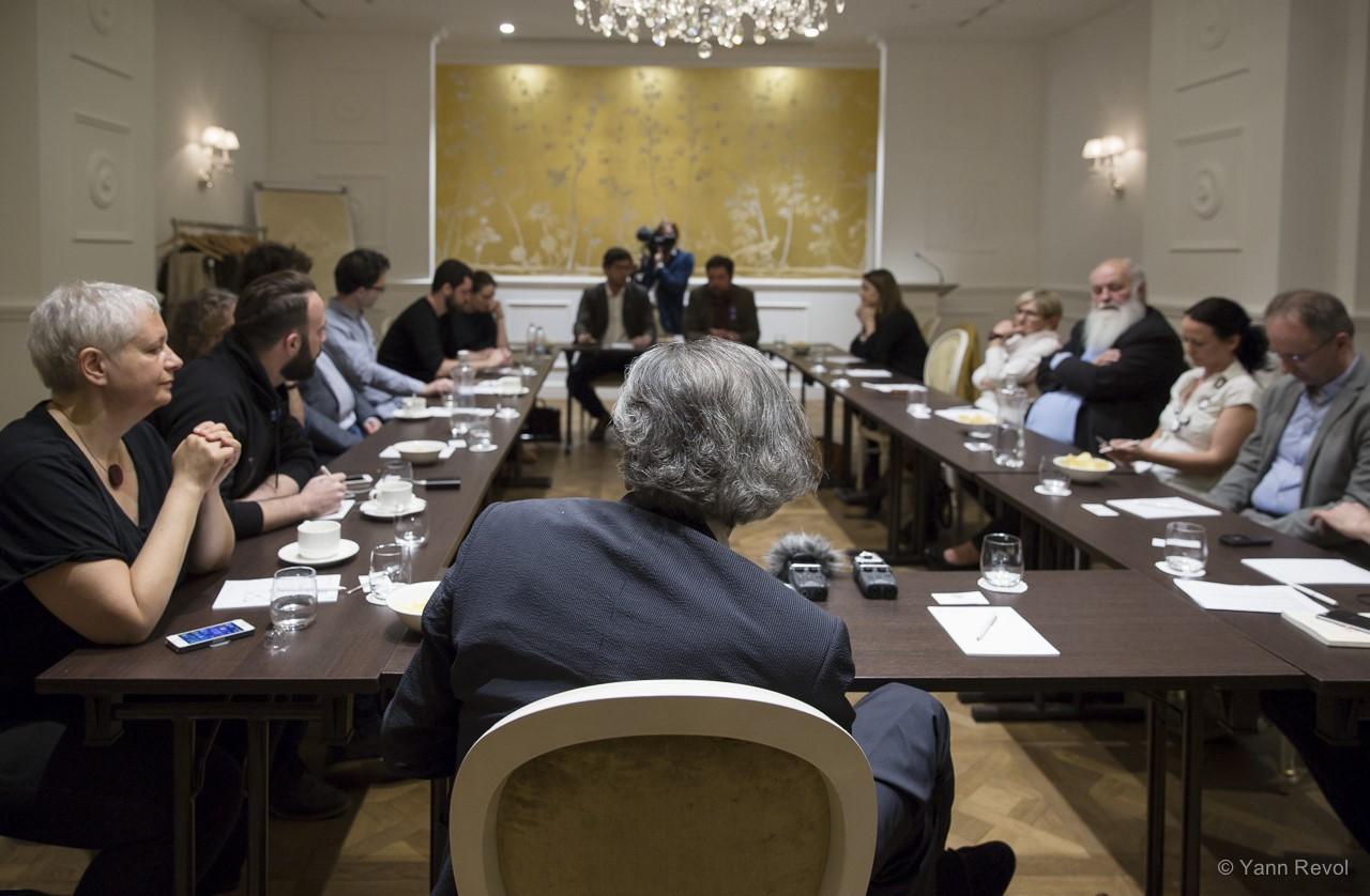 Bernard-Henri-Levy-Rencontre-avec-des-opposants-a-Budapest-6