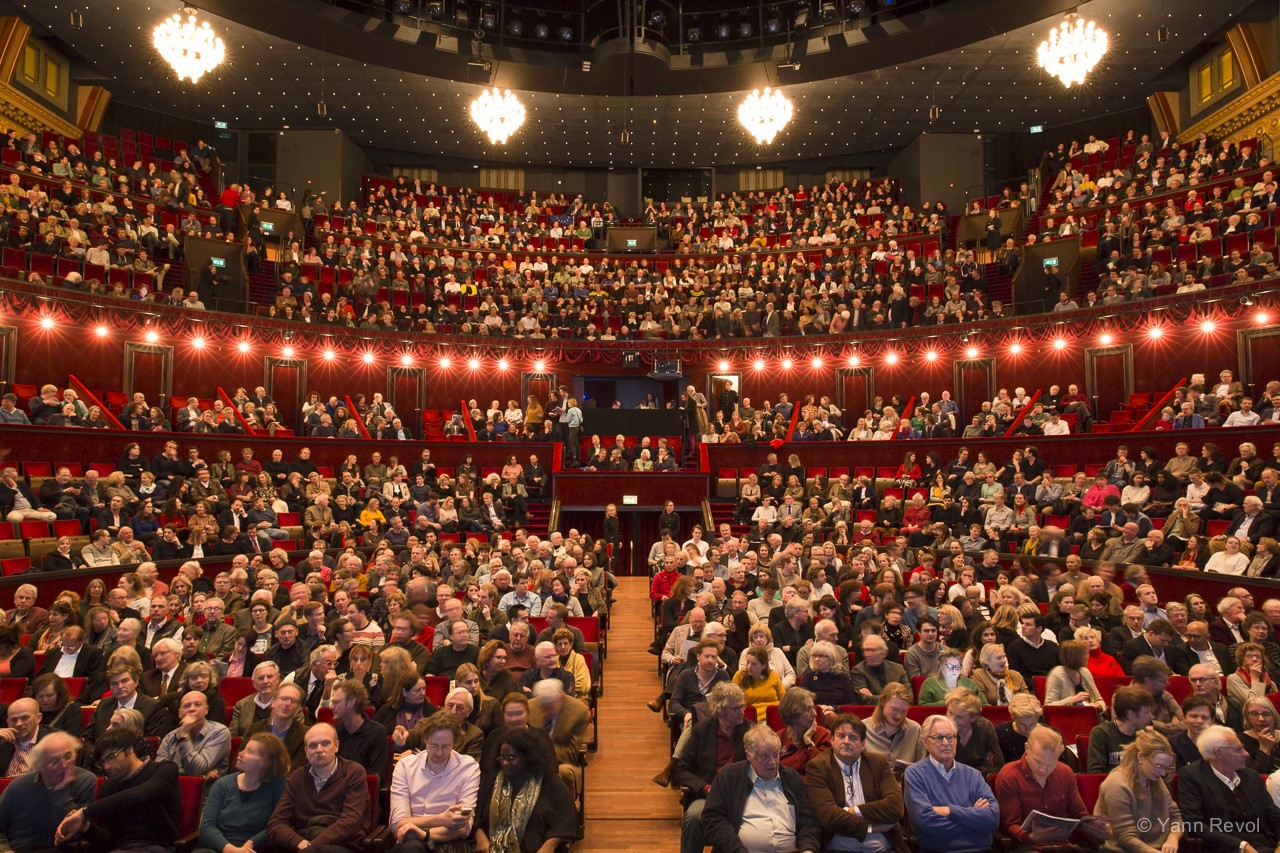 "Photo de la salle du Koninklijk Theater Carré (Le Théâtre Royal Le Carré à Amsterdam) lors de la représentation de ""Looking for Europe"" le 13 mars 2019. Photo : Yann Revol."