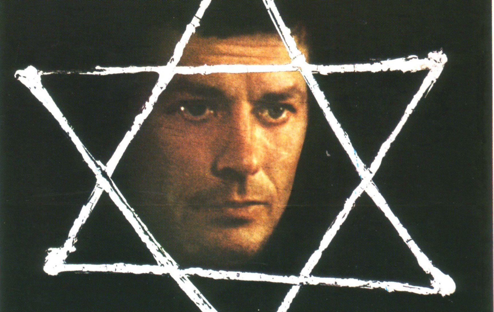 """Détail de l'affiche du film """"Monsieur Klein"""" de Joseph Losey avec Alain Delon."""