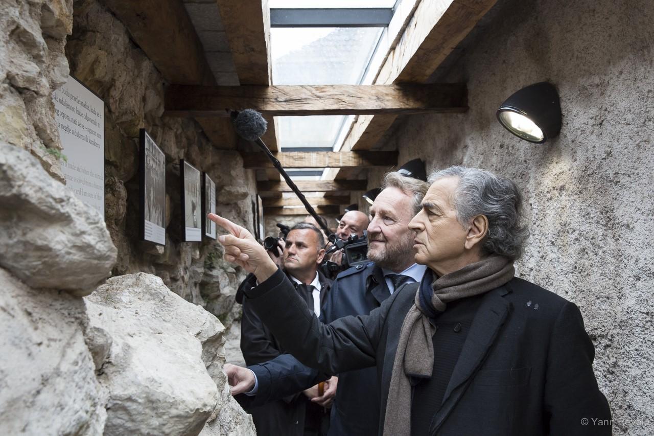 Bernard-Henri Lévy et l'ancien président Bakir Izetbegovic lors d'une visite au Mémorial Kovaci, à Sarajevo, le 13 mai 2019. Photo: Yann Revol.
