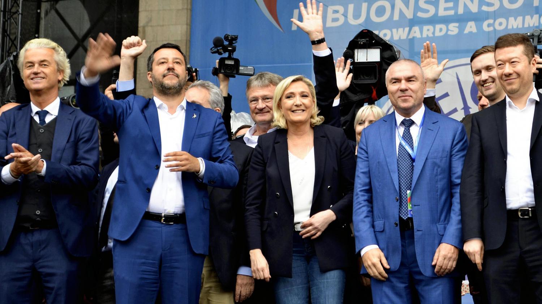 Le ministre de l'Intérieur italien, Matteo Salvini, en compagnie de la présidente du Rassemblement national, Marine Le Pen, et du leader du Parti pour la liberté néerlandais (PVV) Geert Wilders, le 18 mai 2019 à Milan (Italie), lors d'une réunion de partis nationalistes européens, à une semaine des élections européennes.