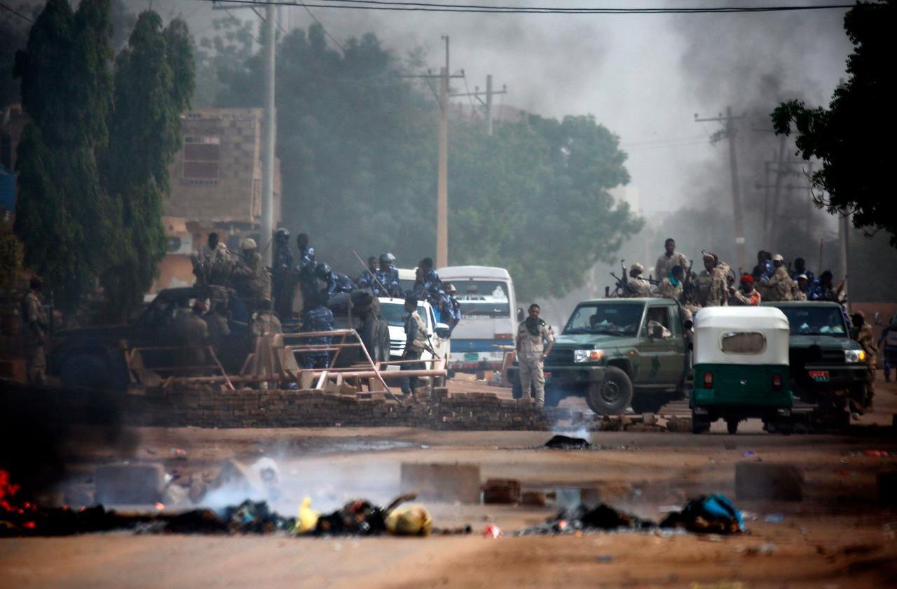 Des militaires soudanais sont déployés autour du QG de l'armée à Khartoum, la capitale. AFP/ASHRAF SHAZLY