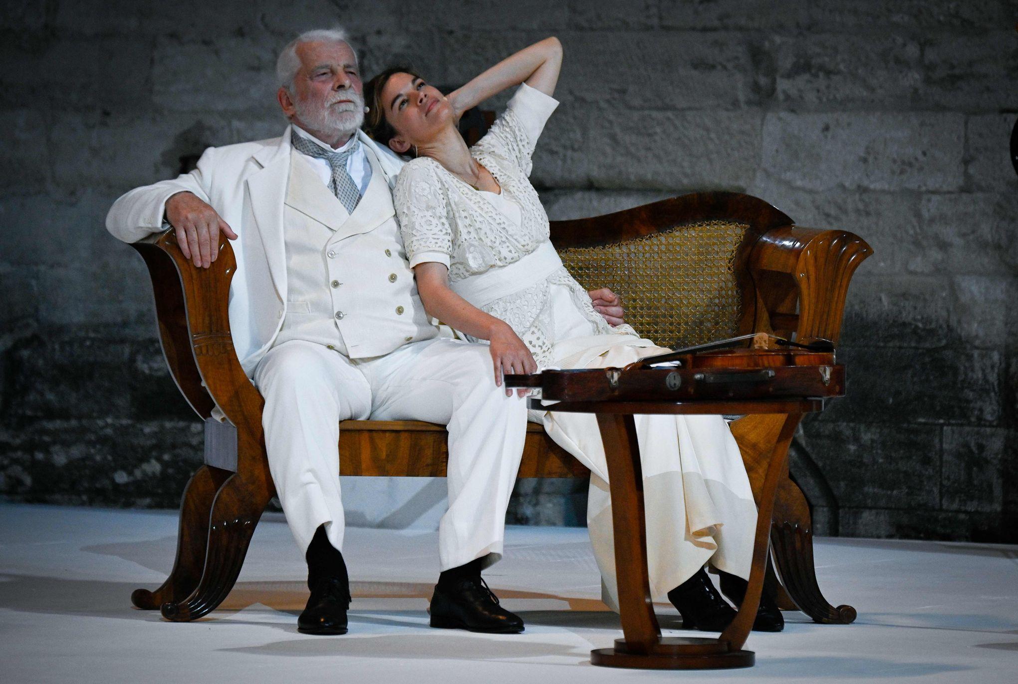 """Jacques Weber et Marie-Sophie Ferdane interprètent la pièce """"Architecture"""" de Pascal Rambert. La pièce a fait l'ouverture du festival d'Avignon le 4 juillet, dans la Cour d'Honneur du Palais des Papes."""