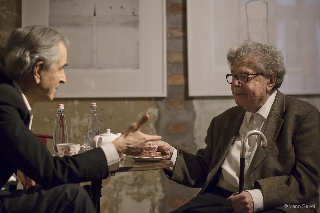 Bernard-Henri Lévy et György Konrád, le 9 avril 2019, à Budapest, à l'occasion de la représentation de Looking for Europe en Hongrie. Photo : Yann Revol.