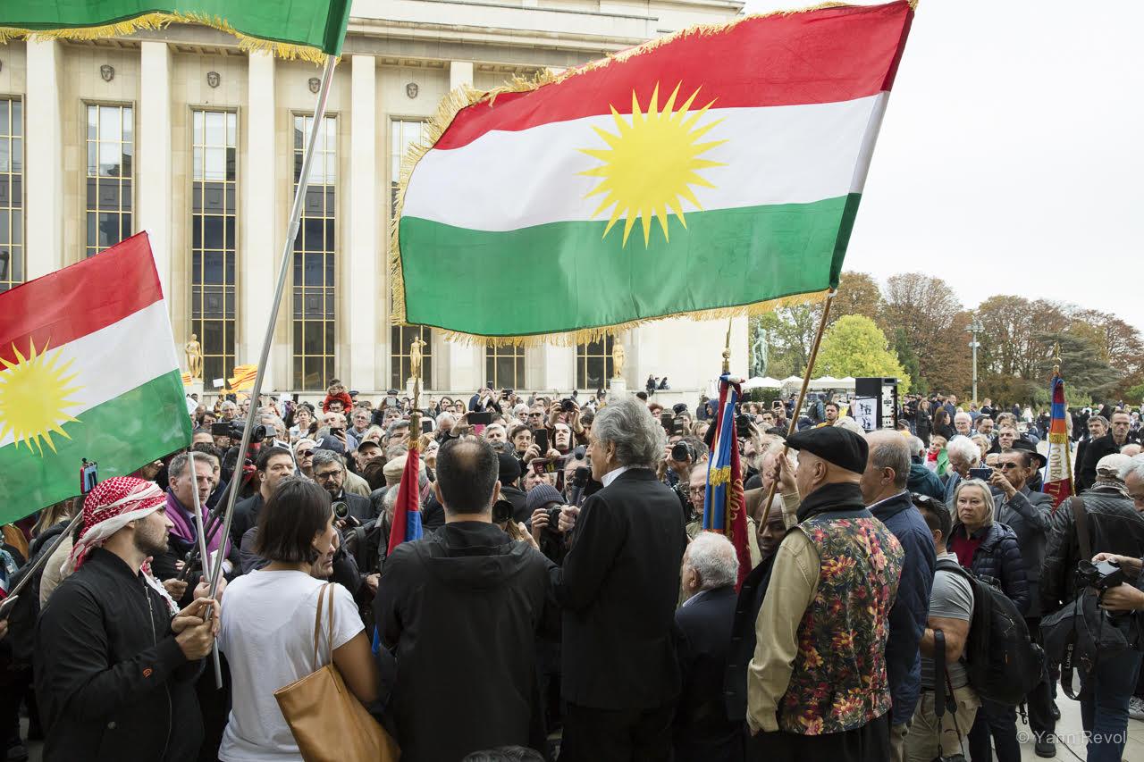 BHL-au-Trocadero-en-soutien-aux-kurdes-de-paris