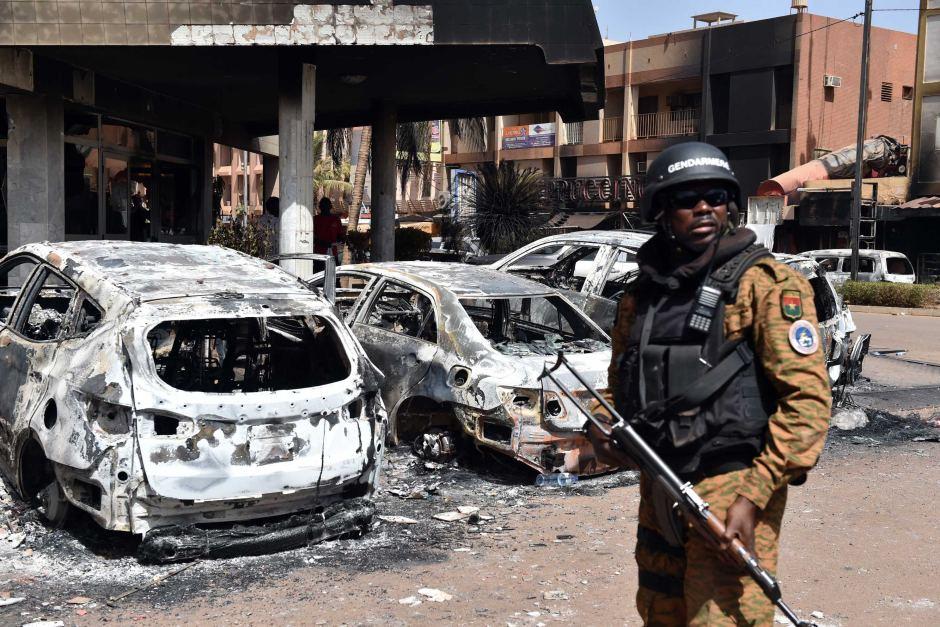 Devant l'hôtel Splendid de Ouagadougou, attaqué le 15 janvier 2016 par des terroristes se réclamant d'Al-Qaida au Maghreb islamique. ISSOUF SANOGO / AFP
